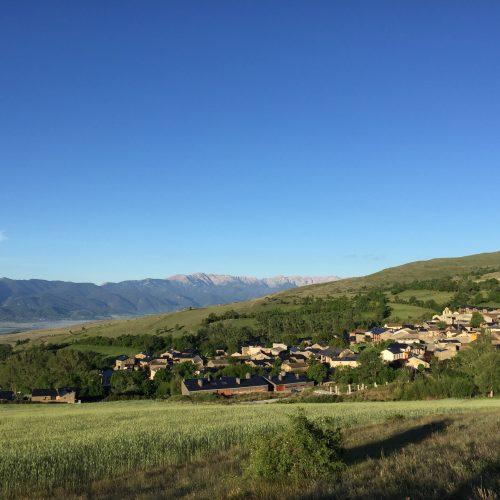 El poble de Guils de Cerdanya amb el Cadí al fons