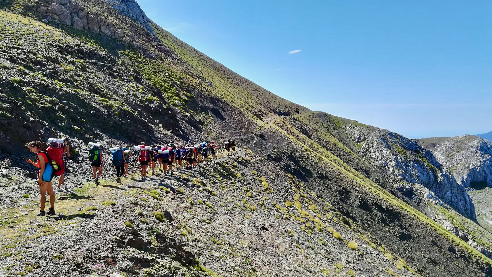 Grup de Travessa enfilant una muntanya per un petit camí